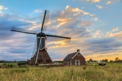 Παλαιός ολλανδικός ανεμόμυλος ηλιοβασιλέματος Στοκ Εικόνα