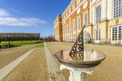 Παλαιός πίνακας ρολογιών ήλιων στο παλάτι του Hampton Court Στοκ Εικόνα