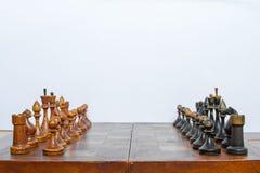 Παλαιός πίνακας σκακιού και κομμάτια σκακιού σε το στοκ εικόνες με δικαίωμα ελεύθερης χρήσης