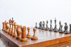 Παλαιός πίνακας σκακιού με τα κομμάτια σκακιού στοκ εικόνα με δικαίωμα ελεύθερης χρήσης