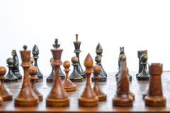 Παλαιός πίνακας σκακιού με τα κομμάτια σκακιού στοκ εικόνα