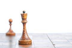 Παλαιός πίνακας σκακιού με τα κομμάτια σκακιού στοκ φωτογραφία με δικαίωμα ελεύθερης χρήσης
