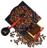 Παλαιός παλαιός ξύλινος μαύρος και κόκκινος μύλος καφέ, φασόλια καφέ Στοκ φωτογραφία με δικαίωμα ελεύθερης χρήσης