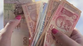 Παλαιός που φοριέται γύρω από τα χρήματα στα χέρια ενός κοριτσιού 4k, 3840x2160 φιλμ μικρού μήκους