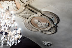 Παλαιός πολυέλαιος χαλκού κάτω από τα DOM στη χριστιανική εκκλησία καθεδρικών ναών Στοκ Εικόνες