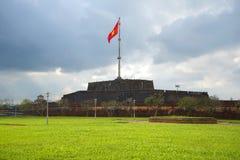 Παλαιός προμαχώνας της πόλης φρουρίων του χρώματος με την κυματίζοντας εθνική σημαία Βιετνάμ Στοκ φωτογραφία με δικαίωμα ελεύθερης χρήσης