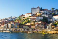 Παλαιός πόλης ορίζοντας του Πόρτο, Πορτογαλία από την άλλη πλευρά του ποταμού Στοκ εικόνα με δικαίωμα ελεύθερης χρήσης