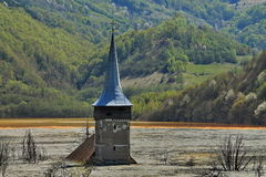 Παλαιός πύργος εκκλησιών στη μολυσμένη λίμνη Στοκ Φωτογραφία