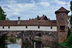 Παλαιός πύργος και παλαιά γέφυρα στη Νυρεμβέργη Στοκ Εικόνες
