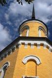 Παλαιός πύργος με ένα πραγματικό και ένα πλαστό παράθυρο Δραματικά σύννεφα ουρανού Στοκ Φωτογραφίες