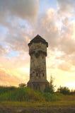 Παλαιός πύργος νερού, νεφελώδης ουρανός Στοκ Εικόνες
