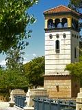 Παλαιός πύργος πέρα από μια γέφυρα στοκ φωτογραφίες