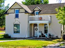 Παλαιός, ράγισμα, Λευκός Οίκος με ένα μπαλκόνι στοκ φωτογραφία με δικαίωμα ελεύθερης χρήσης