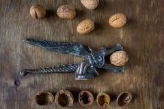 Παλαιός δράκος καρυοθραύστης με τα ξύλα καρυδιάς Στοκ εικόνα με δικαίωμα ελεύθερης χρήσης