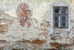Παλαιός ραγισμένος τοίχος με ένα παράθυρο στοκ φωτογραφία με δικαίωμα ελεύθερης χρήσης