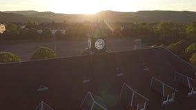 Παλαιός ρολόι-πύργος στο ηλιοβασίλεμα απόθεμα βίντεο