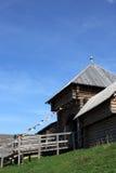 Παλαιός ρωσικός ξύλινος πύργος φρουρίων με τις πύλες εισόδων και colorf Στοκ Εικόνα