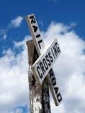Παλαιός δρόμος ραγών που διασχίζει τη θέση σημαδιών Στοκ φωτογραφία με δικαίωμα ελεύθερης χρήσης