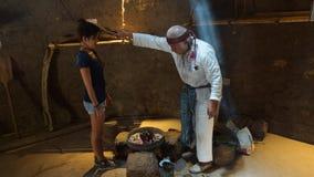 Παλαιός σαμάνος που θεραπεύει μια νέα γυναίκα στο Ciudad Mitad del Mundo turistic κέντρο πλησίον της πόλης του Κουίτο Στοκ φωτογραφίες με δικαίωμα ελεύθερης χρήσης