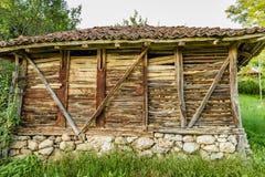 Παλαιός σερβικός αγροτικός παραδοσιακός ξύλινος φραγμός καλαμποκιού Στοκ Εικόνες