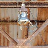 Παλαιός σκουριασμένος λαμπτήρας στεγών με το σπασμένες γυαλί και τις χορδές Στοκ Εικόνες