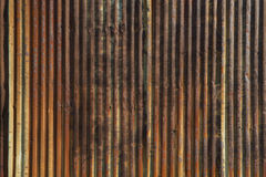 Παλαιός σκουριασμένος ζαρωμένος τοίχος χάλυβα με τις ισχυρές κάθετες γραμμές Στοκ εικόνες με δικαίωμα ελεύθερης χρήσης