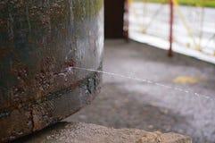 Παλαιός σκουριασμένος σωλήνας με τη διαρροή και νερό που ψεκάζει έξω Στοκ εικόνες με δικαίωμα ελεύθερης χρήσης