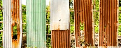 Παλαιός σκουριασμένος του φράκτη φύλλων ψευδάργυρου είναι grunge υπόβαθρο Στοκ εικόνα με δικαίωμα ελεύθερης χρήσης