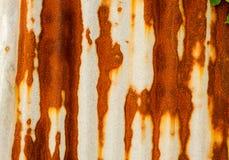 Παλαιός σκουριασμένος του φράκτη φύλλων ψευδάργυρου είναι grunge υπόβαθρο Στοκ Εικόνες