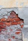 Παλαιός σπασμένος τοίχος με την ορατή σύσταση τούβλων Στοκ φωτογραφία με δικαίωμα ελεύθερης χρήσης