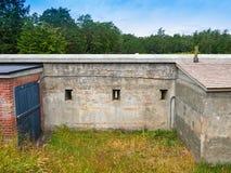 Παλαιός στρατιωτικός τοίχος οχυρών με τις σχισμές ρευμάτων ποταμού στοκ φωτογραφία
