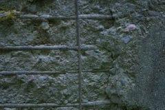 Παλαιός συμπαγής τοίχος με τις συναρμολογήσεις Στοκ φωτογραφία με δικαίωμα ελεύθερης χρήσης