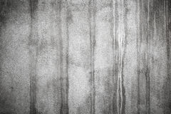 Παλαιός συμπαγής τοίχος με τους σκοτεινούς υγρούς λεκέδες Στοκ φωτογραφίες με δικαίωμα ελεύθερης χρήσης