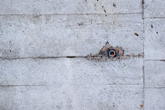Παλαιός συμπαγής τοίχος με το μπουλόνι Στοκ φωτογραφία με δικαίωμα ελεύθερης χρήσης