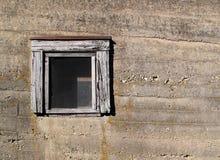 Παλαιός συμπαγής τοίχος με το παράθυρο στοκ εικόνες
