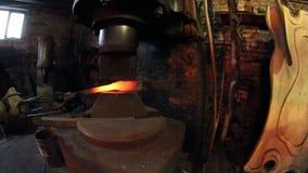 Παλαιός σφυρηλατήστε την εργασία με τα προϊόντα μετάλλων απόθεμα βίντεο