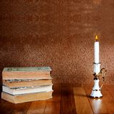 Παλαιός σωρός των βιβλίων με το κηροπήγιο Στοκ Φωτογραφίες