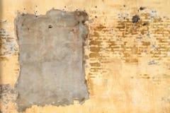Παλαιός τοίχος με συντριφθείσα την ασβεστοκονίαμα σύσταση Στοκ Φωτογραφία