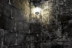 Παλαιός τοίχος με τη φόρμα, και ένας καίγοντας λαμπτήρας Στοκ Φωτογραφία