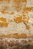 Παλαιός τοίχος με το θρυμματιμένος ασβεστοκονίαμα Στοκ Φωτογραφία