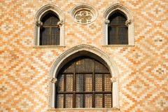Παλαιός τοίχος παραθύρων και διακοσμήσεων στη Βενετία Στοκ Εικόνες