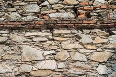 Παλαιός τοίχος πετρών με τις εγκαταστάσεις, καταστροφές πετρών Στοκ εικόνες με δικαίωμα ελεύθερης χρήσης