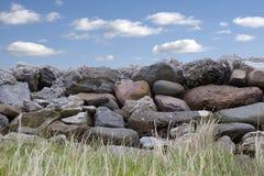 Παλαιός τοίχος πετρών στη ιρλανδική αγελάδα Ιρλανδία νομών Στοκ Εικόνες