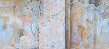 Παλαιός τοίχος σπιτιών με το ραγισμένο ασβεστοκονίαμα Στοκ Εικόνες