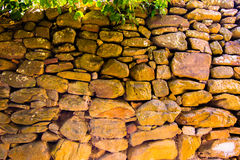Παλαιός τοίχος των στρογγυλών πετρών Στοκ εικόνα με δικαίωμα ελεύθερης χρήσης