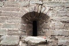 Παλαιός τοίχος φρουρίων με το μικρό παράθυρο, Koporye, Ρωσία Στοκ Φωτογραφίες