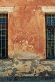 Παλαιός τοίχος grunge με την κινηματογράφηση σε πρώτο πλάνο παραθύρων Στοκ φωτογραφία με δικαίωμα ελεύθερης χρήσης