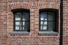 Παλαιός τούβλινος τοίχος του κτηρίου με δύο παράθυρα Στοκ φωτογραφίες με δικαίωμα ελεύθερης χρήσης