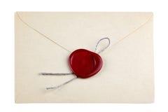 Παλαιός φάκελος ταχυδρομείου με τα κόκκινα γραμματόσημα σφραγίδων κεριών Στοκ Εικόνες