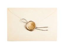 Παλαιός φάκελος ταχυδρομείου με τα χρυσά γραμματόσημα σφραγίδων κεριών Στοκ Εικόνες